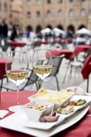 Bologna aperitivo in piazza © APT Archivio Emilia Romagna