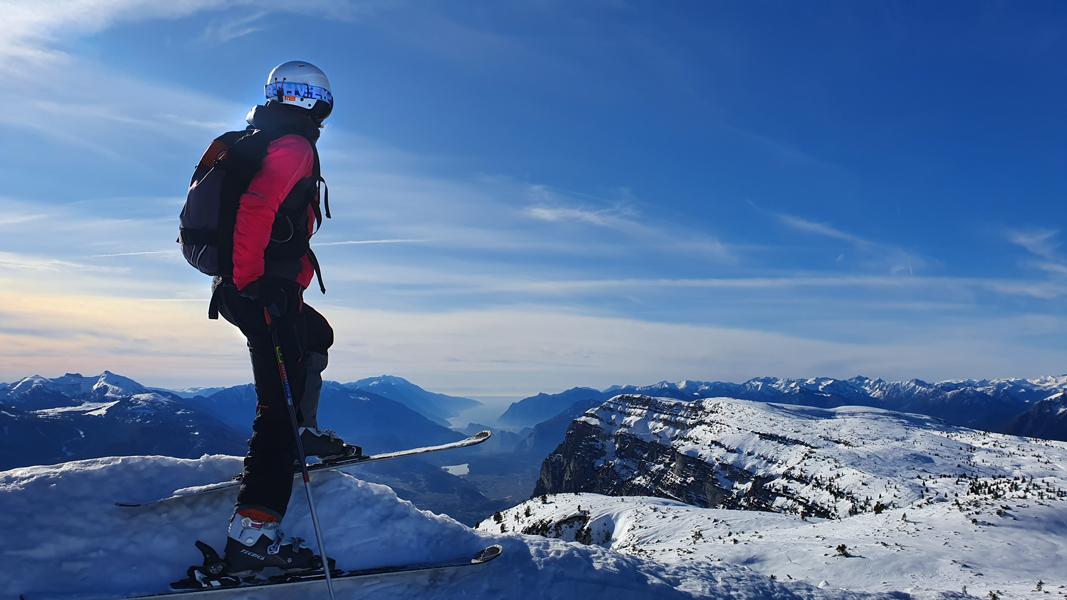 Skiën met uitzicht op het Gardameer
