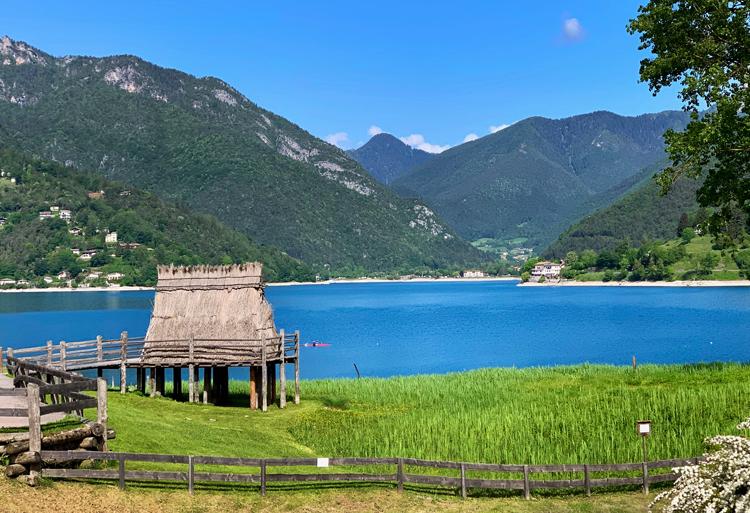 Ledro meer in Trentino met Palafitte