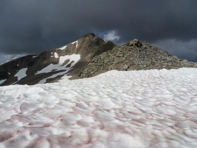 Sneeuwplakken met rood sahara-zand tijdens bergwandeling in Livigno © Claudia Zanin