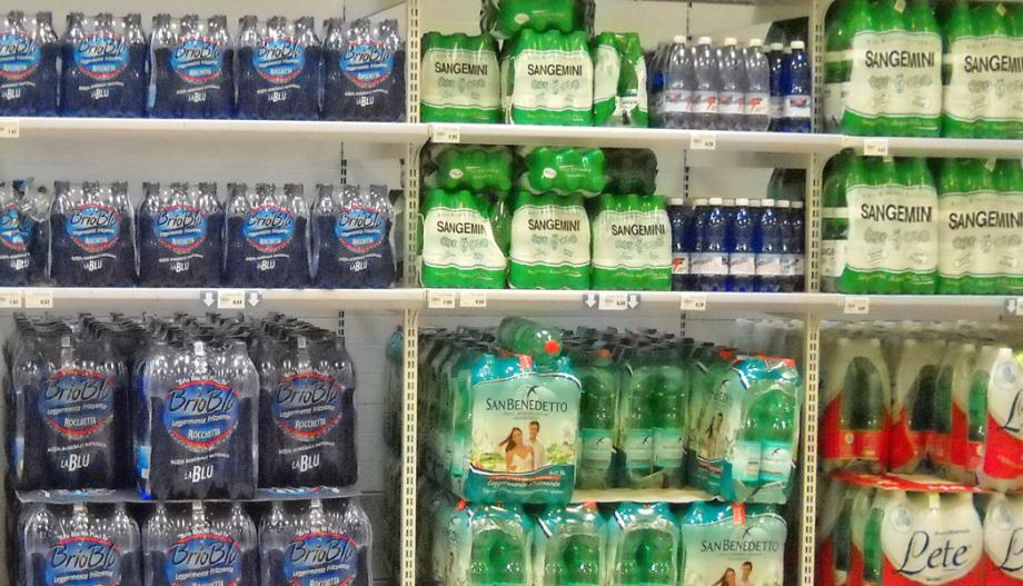 Mineraalwater in de supermarkt