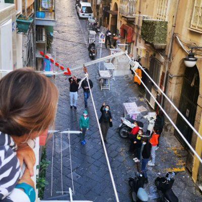 Alleen in Napoli: les volgen vanaf het balkon