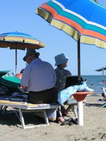 Italiaanse oudjes op het strand
