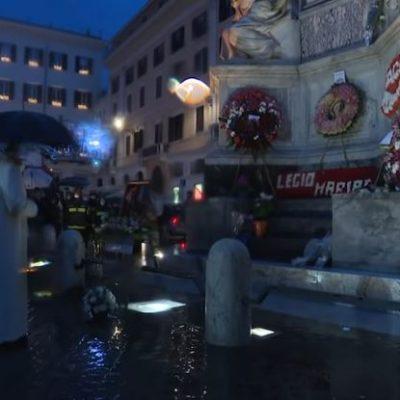 Paus legt in alle vroegte bloemen bij Maria op Piazza di Spagna