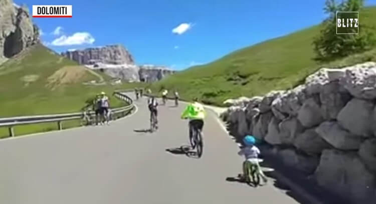 Peuter bedwingt schijnbaar moeiteloos de Passo Sella in Dolomieten