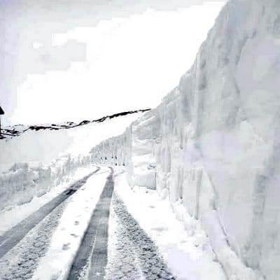 Meters sneeuw blokkeren mogelijk doorgang Giro d'Italia