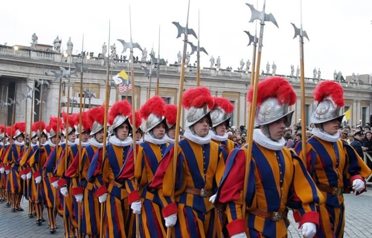 De Zwitsers garde op het Sint Pietersplein in het Vaticaan, Rome